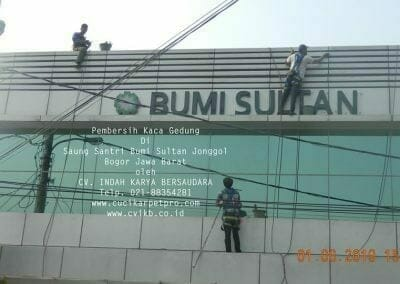 pembersih-kaca-gedung-saung-santri-bumi-sultan-07