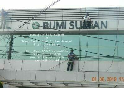 pembersih-kaca-gedung-saung-santri-bumi-sultan-08