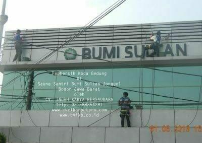 pembersih-kaca-gedung-saung-santri-bumi-sultan-09