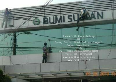 pembersih-kaca-gedung-saung-santri-bumi-sultan-10