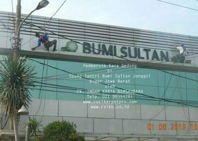 pembersih-kaca-gedung-saung-santri-bumi-sultan-16