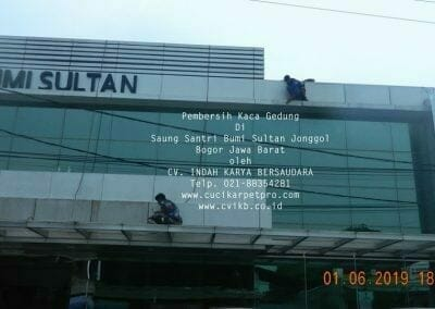 pembersih-kaca-gedung-saung-santri-bumi-sultan-19