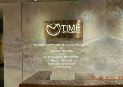 pembersih-lampu-kristal-di-time-international-01