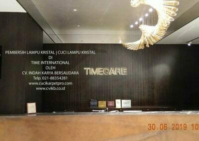 pembersih-lampu-kristal-di-time-international-02