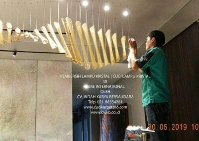 pembersih-lampu-kristal-di-time-international-06