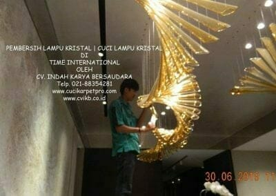 pembersih-lampu-kristal-di-time-international-22