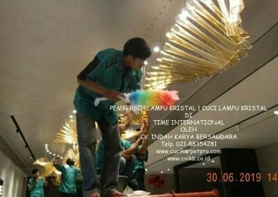 pembersih-lampu-kristal-di-time-international-50