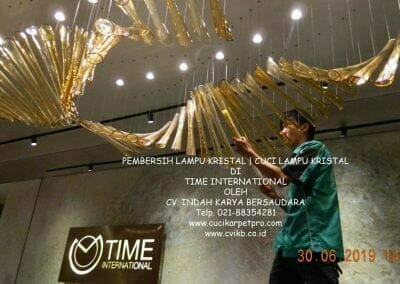 pembersih-lampu-kristal-di-time-international-56