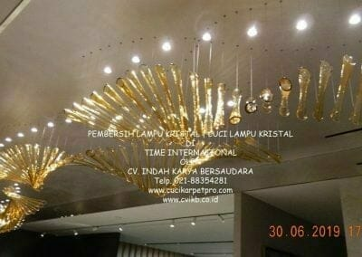 pembersih-lampu-kristal-di-time-international-71