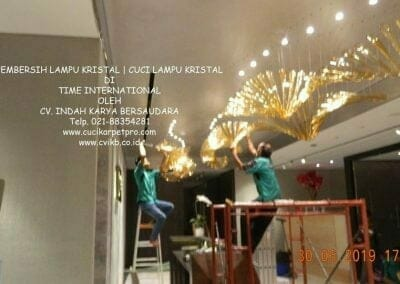 pembersih-lampu-kristal-di-time-international-75
