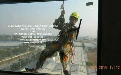 Cuci Kaca Gedung Quest Hotel Cikarang | Jasa Rope Access