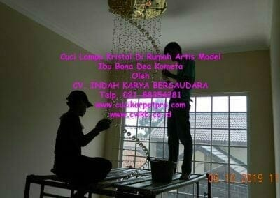 cuci-lampu-kristal-di-rumah-ibu-bona-dea-kometa-01