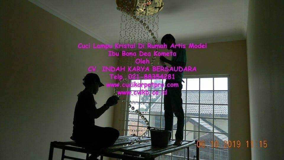 Cuci Lampu Kristal Di Rumah Artis Model Ibu Bona Dea Kometa