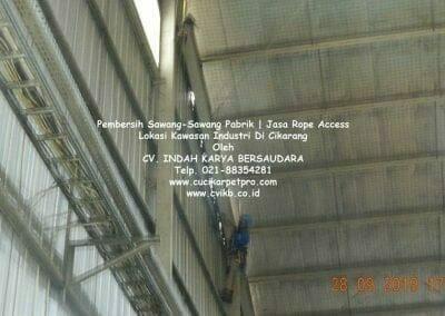 jasa-rope-access-pembersih-sawang-sawang-pabrik-03