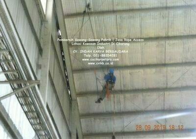 jasa-rope-access-pembersih-sawang-sawang-pabrik-12