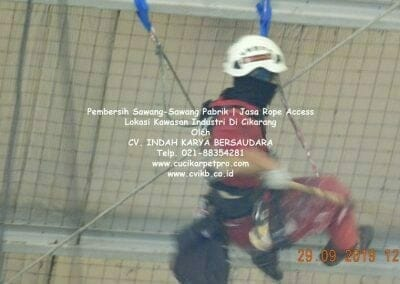 jasa-rope-access-pembersih-sawang-sawang-pabrik-23