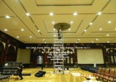 cuci-lampu-kristal-hotel-bidakara-01