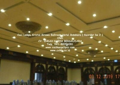 cuci-lampu-kristal-hotel-bidakara-03
