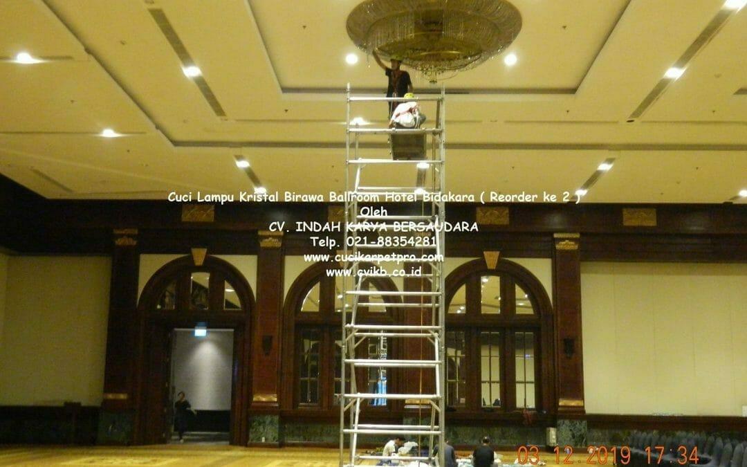 Cuci Lampu Kristal Birawa Ballroom Hotel Bidakara Tahun 2019