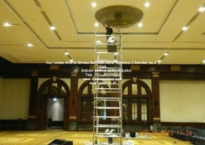 cuci-lampu-kristal-hotel-bidakara-04