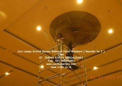 cuci-lampu-kristal-hotel-bidakara-12