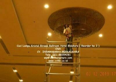 cuci-lampu-kristal-hotel-bidakara-13