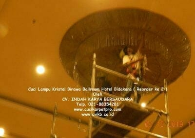 cuci-lampu-kristal-hotel-bidakara-14