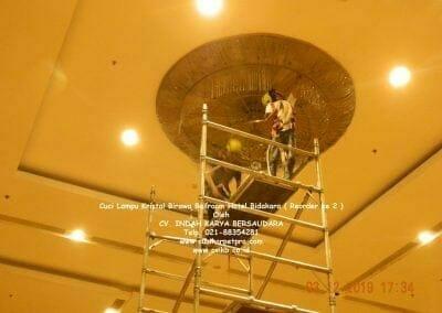 cuci-lampu-kristal-hotel-bidakara-15
