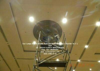 cuci-lampu-kristal-hotel-bidakara-20