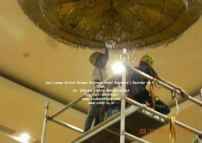 cuci-lampu-kristal-hotel-bidakara-22