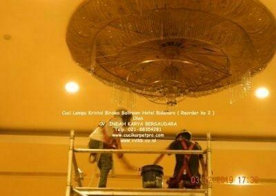 cuci-lampu-kristal-hotel-bidakara-23