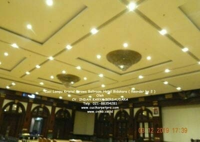 cuci-lampu-kristal-hotel-bidakara-25