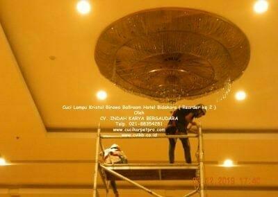 cuci-lampu-kristal-hotel-bidakara-29