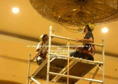 cuci-lampu-kristal-hotel-bidakara-31