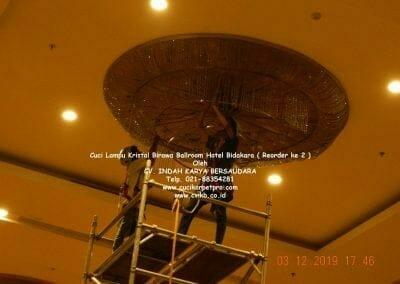 cuci-lampu-kristal-hotel-bidakara-33