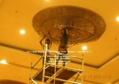 cuci-lampu-kristal-hotel-bidakara-34