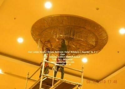 cuci-lampu-kristal-hotel-bidakara-35