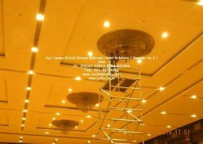 cuci-lampu-kristal-hotel-bidakara-38