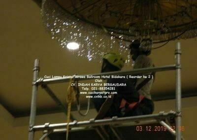cuci-lampu-kristal-hotel-bidakara-42