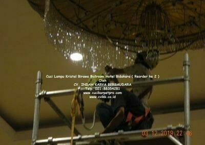 cuci-lampu-kristal-hotel-bidakara-43