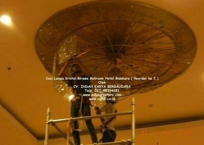 cuci-lampu-kristal-hotel-bidakara-44