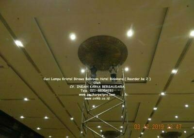 cuci-lampu-kristal-hotel-bidakara-47
