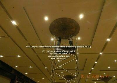 cuci-lampu-kristal-hotel-bidakara-48