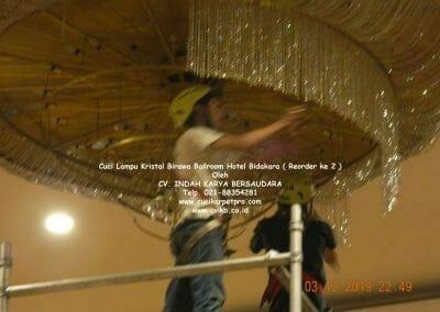 cuci-lampu-kristal-hotel-bidakara-51
