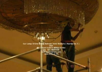 cuci-lampu-kristal-hotel-bidakara-53