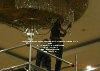 cuci-lampu-kristal-hotel-bidakara-54