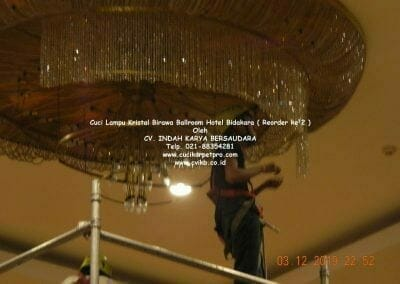 cuci-lampu-kristal-hotel-bidakara-55