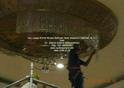 cuci-lampu-kristal-hotel-bidakara-56