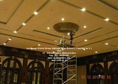 cuci-lampu-kristal-hotel-bidakara-57