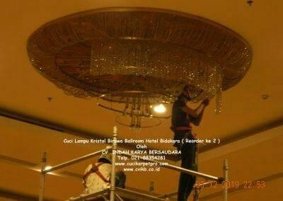 cuci-lampu-kristal-hotel-bidakara-59